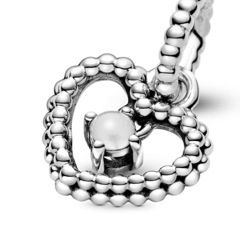 Viseći privezak u obliku srca od perlica sa mlečnobelim kristalom