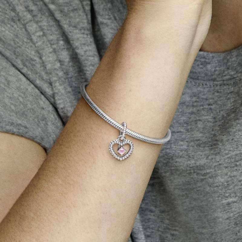 Viseći privezak u obliku srca od perlica sa roze kristalom